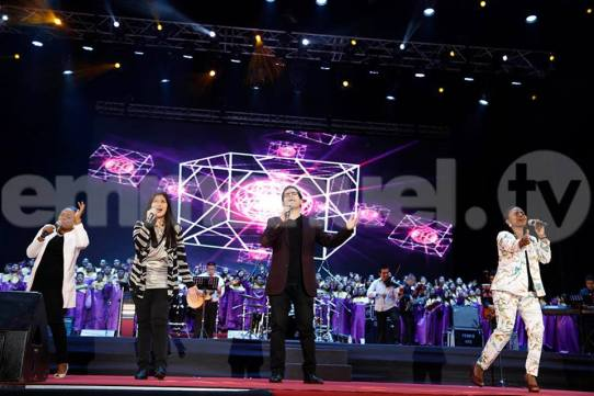 praise-worship-at-peru-crusade